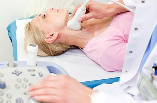 Dopler krvnih sudova vrata kao ilustracija. Na fotografiji se vidi zenska osoba, odnosno pacijent kao i aparat za pregled doplerom krvnih sudova vrata od strane lekara naše poliklinike u Novom Sadu